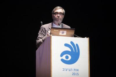 פרופסור צבי אפרת מעניק פרס מפעל חיים לאדריכל דן איתן