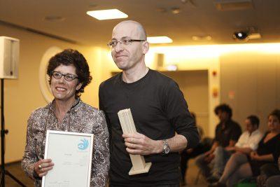 אדריכל עופר מנור מקבל את הפרס עבור עירית ירושלים